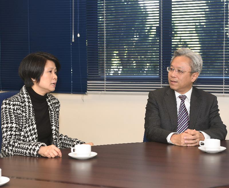 公務員事務局局長羅智光今日(十二月八日)到訪香港警察學院。圖示羅智光(右)與香港警察學院院長劉賜蕙(左)會面,了解學院的運作和培訓設施。