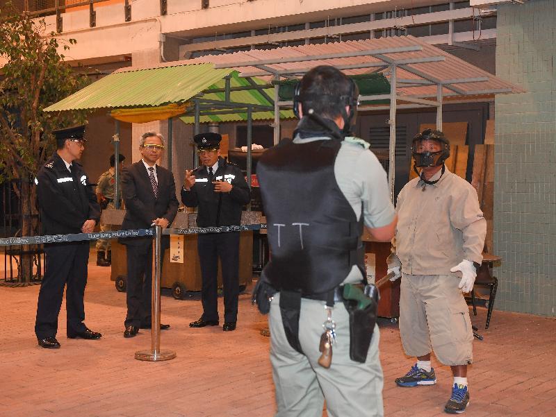 公務員事務局局長羅智光今日(十二月八日)到訪香港警察學院。圖示羅智光(左二)在戰術訓練大樓觀看有關突發事件處理的示範。