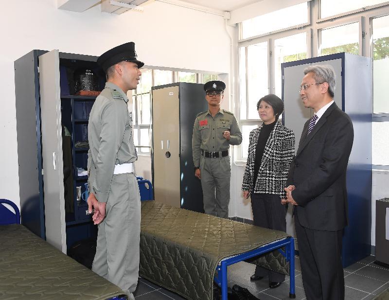公務員事務局局長羅智光(右一)今日(十二月八日)到訪香港警察學院,參觀學警宿舍。