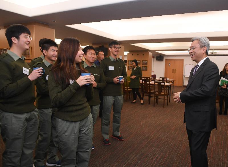 公務員事務局局長羅智光(右)今日(十二月八日)探訪在香港警察學院參加領導才能促進課程的政務主任,聆聽他們講述課程的得着。
