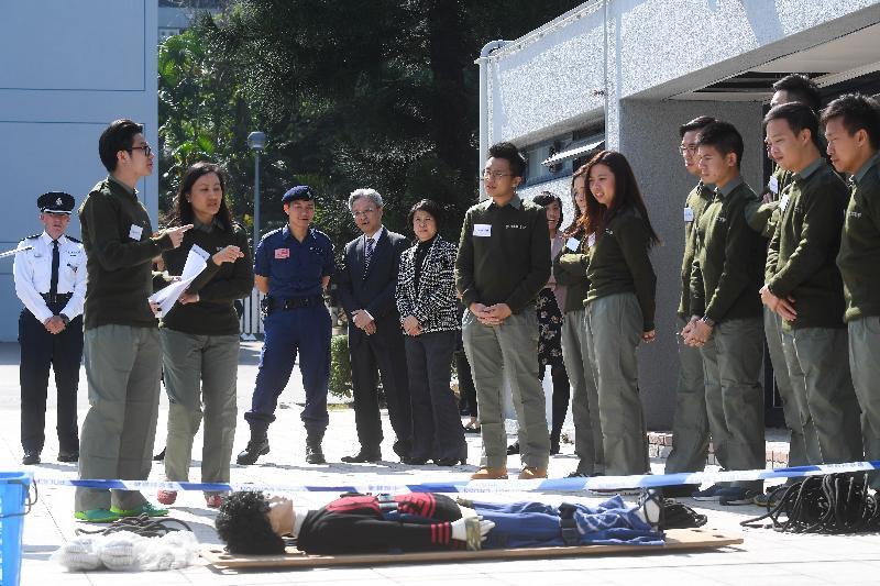 公務員事務局局長羅智光(左五)今日(十二月八日)到訪香港警察學院,並觀看正在學院參加領導才能促進課程的政務主任進行團隊建立訓練。