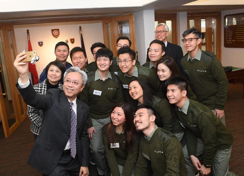 公務員事務局局長羅智光今日(十二月八日)到訪香港警察學院。圖示羅智光(前排左一)與正在學院參加領導才能促進課程的政務主任自拍留念。後排右二為前警務處處長李明逵,他今日上午與政務主任分享領導才能方面的經驗。