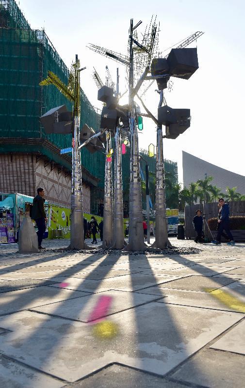 「城長.成長」戶外裝置展覽今日(十二月八日)在尖沙咀梳士巴利花園藝術廣場揭幕。圖示藝術家馮力仁作品《萬家燈火》。