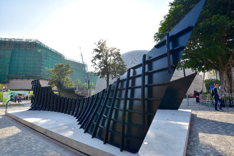「城長.成長」戶外裝置展覽今日(十二月八日)在尖沙咀梳士巴利花園藝術廣場揭幕。圖示藝術家蕭國健作品《歲月漂流》。