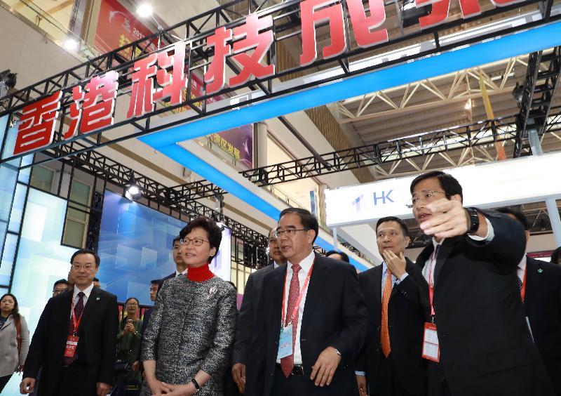 行政長官林鄭月娥(左二)今日(十二月八日)在東莞參觀2017中國(東莞)國際科技合作周科研機構創新成果交易會展覽。