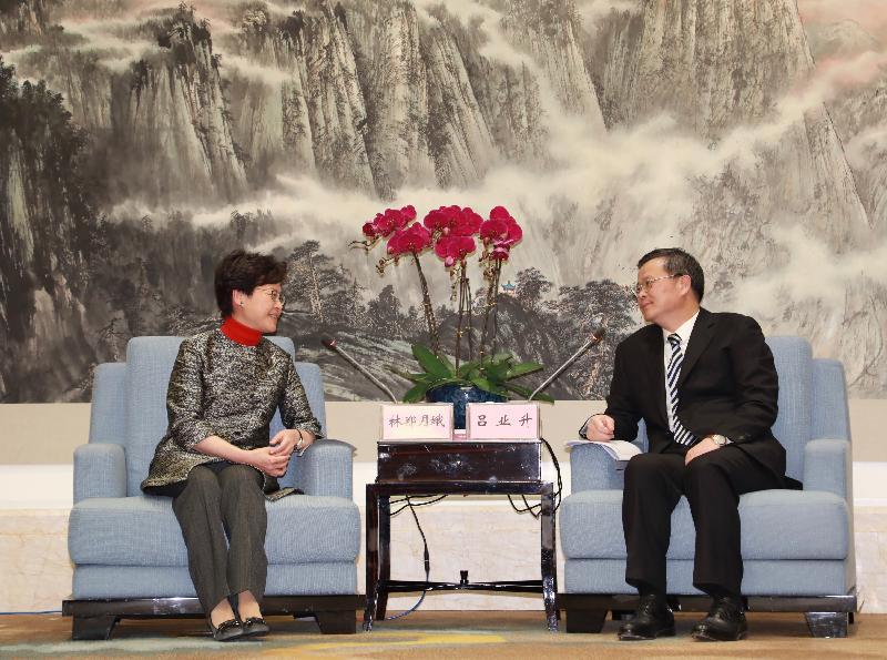 行政長官林鄭月娥(左)今日(十二月八日)在東莞與東莞市委書記呂業升(右)會面。