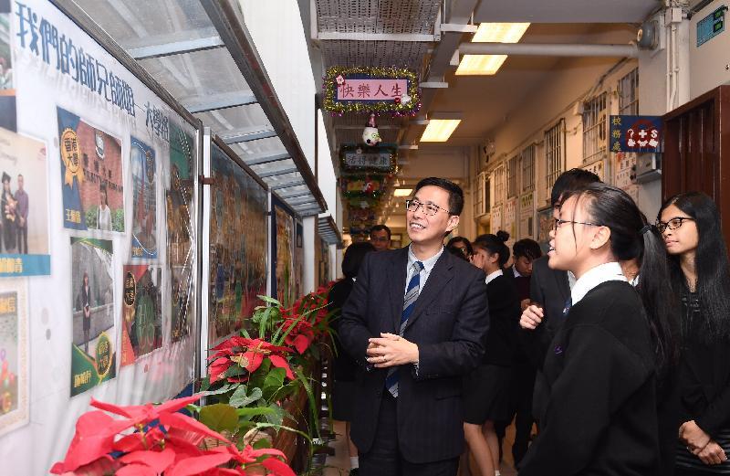 教育局局长杨润雄(左)今日(十二月九日)到访黄大仙区,期间在圣公会圣本德中学的学生带领下参观校园,并听取他们分享学校生活点滴及对未来的期望。