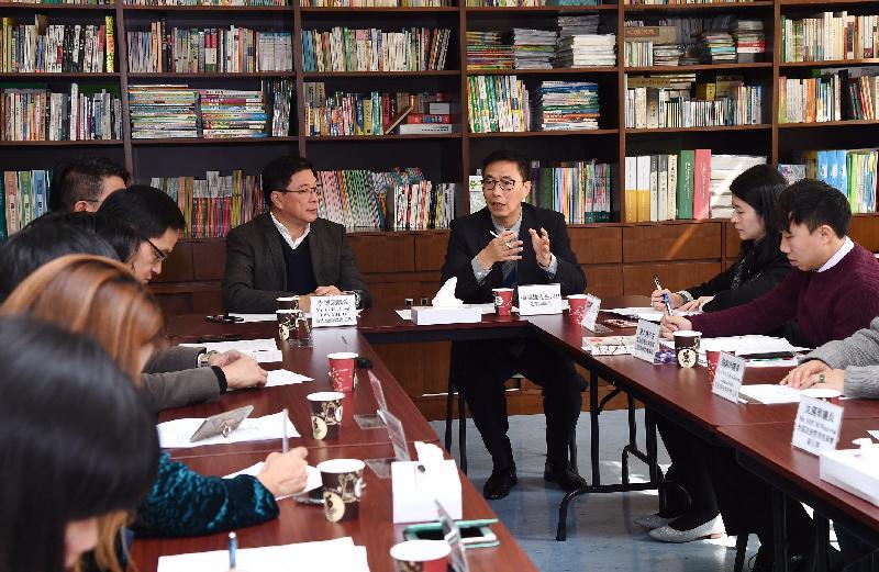 教育局局长杨润雄(右三)今日(十二月九日)到访黄大仙区,与黄大仙区议会主席李德康(右四)及其他议员会面,了解及回应他们对教育及其他地区事务的意见。