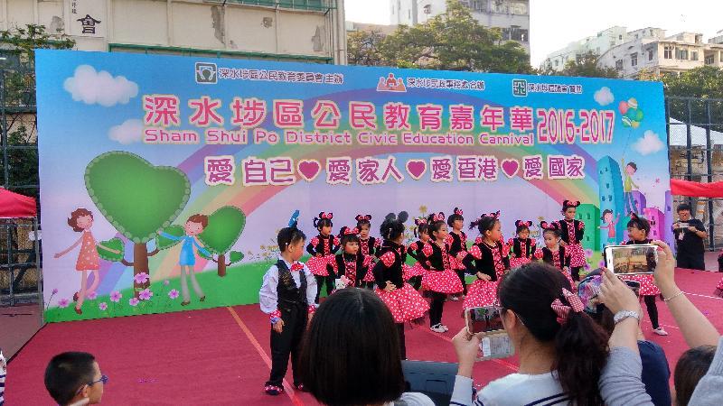 「深水埗區公民教育嘉年華」十二月十六日(星期六)在楓樹街遊樂場舉行。圖示早前活動的兒童表演。