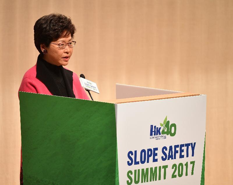 行政長官林鄭月娥今日(十二月十一日)出席由土木工程拓展署轄下土力工程處和香港工程師學會合辦的斜坡安全高峰會2017,並在活動上致辭。