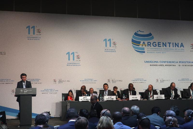 商務及經濟發展局局長邱騰華(左)今日(布宜諾斯艾利斯時間十二月十一日)以中國香港代表身分,在阿根廷布宜諾斯艾利斯舉行的世界貿易組織第十一次部長級會議的全體大會上發言。