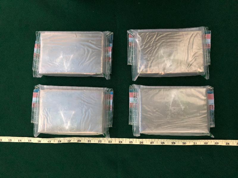 香港海關昨日(十二月十一日)在羅湖管制站檢獲約一點五公斤懷疑海洛英,估計市值約一百三十萬元。