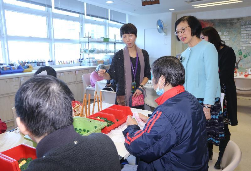 食物及衞生局局長陳肇始教授(右一)今日(十二月十二日)到訪屯門區,參觀香港聖公會福利協會有限公司屬下的綜合復康服務單位康恩園,了解康恩園提供的服務。