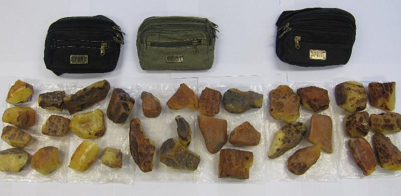 Hong Kong Customs yesterday (December 11) seized 43 suspected smuggled smartphones and about 5.8 kilograms of suspected smuggled agate with a total estimated market value of about $830,000 at Sha Tau Kok Control Point and Lok Ma Chau Control Point. Photo shows some of the suspected smuggled agate seized.