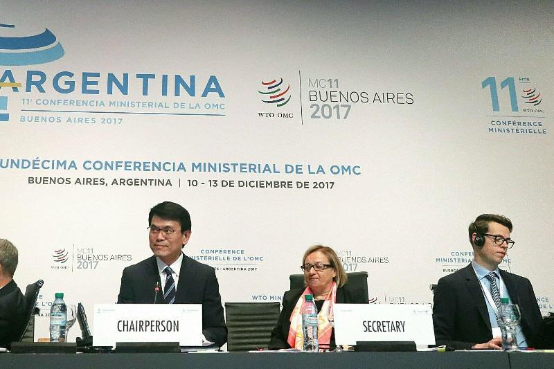 商務及經濟發展局局長邱騰華(左)今日(布宜諾斯艾利斯時間十二月十二日)在阿根廷布宜諾斯艾利斯舉行的世界貿易組織第十一次部長級會議上,以部長級會議副主席的身分,主持全體大會。