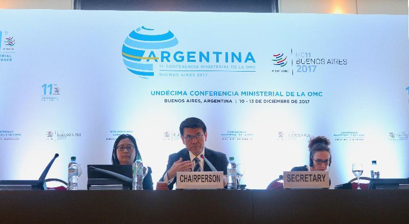 商務及經濟發展局局長邱騰華(中)今日(布宜諾斯艾利斯時間十二月十二日)在阿根廷布宜諾斯艾利斯世界貿易組織第十一次部長級會議的全體大會後,主持有關中小微企的會議。