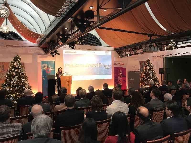 香港駐布魯塞爾經濟貿易辦事處(駐布魯塞爾經貿辦)十二月十三日(海牙時間)在荷蘭海牙瓦塞納舉行冬至商貿研討會暨酒會。圖示駐布魯塞爾經貿辦副代表周雪梅在研討會上致辭。