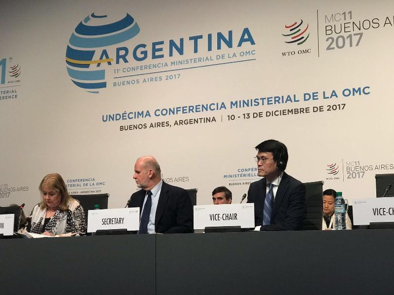 商務及經濟發展局局長邱騰華(右)今日(布宜諾斯艾利斯時間十二月十三日)在阿根廷布宜諾斯艾利斯出席世界貿易組織第十一次部長級會議的閉幕環節。
