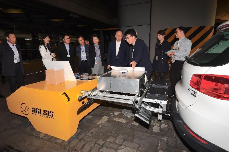 創新及科技局局長楊偉雄(右四)今日(十二月十四日)在香港國際機場實地了解由香港科學園園區公司提供的「速拍」技術。該技術協助檢測跑道燈,提升維修保養效率及準確度。