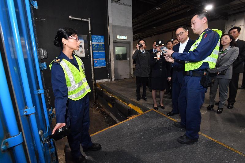 創新及科技局局長楊偉雄(右四)今日(十二月十四日)訪問離島區,在亞洲空運中心聽取海關代表介紹「跨境一鎖計劃」的實施情況。