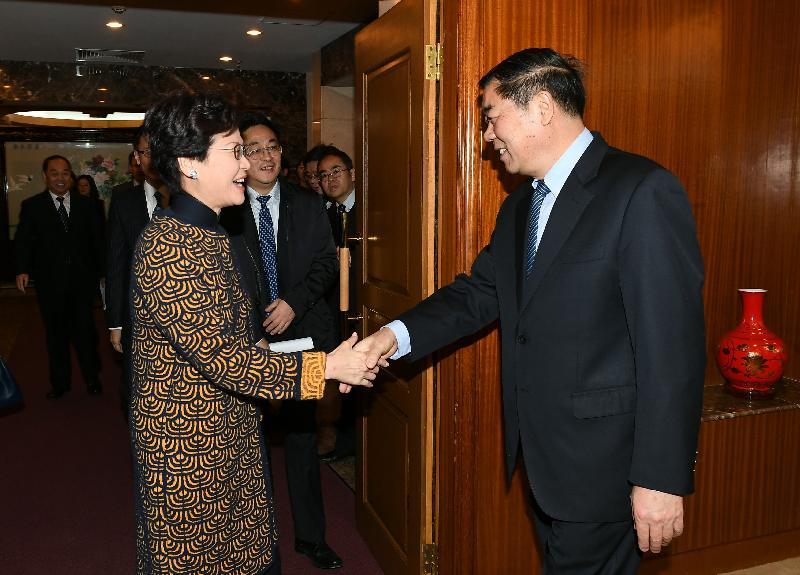 行政長官林鄭月娥(左)今日(十二月十四日)上午在北京與國家發展和改革委員會主任何立峰(右)會面。圖示二人於會面前握手。