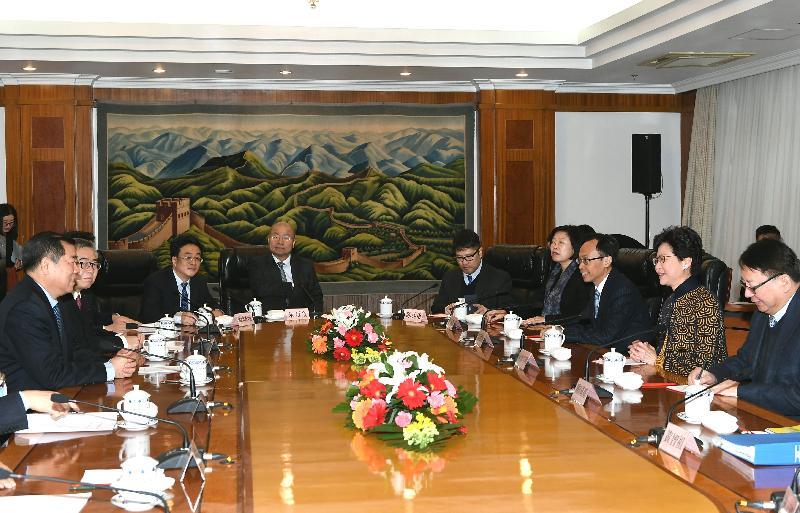 行政長官林鄭月娥(右二)今日(十二月十四日)上午在北京與國家發展和改革委員會主任何立峰(左一)會面,政制及內地事務局局長聶德權(右三)和行政長官辦公室主任陳國基(右一)亦有出席。