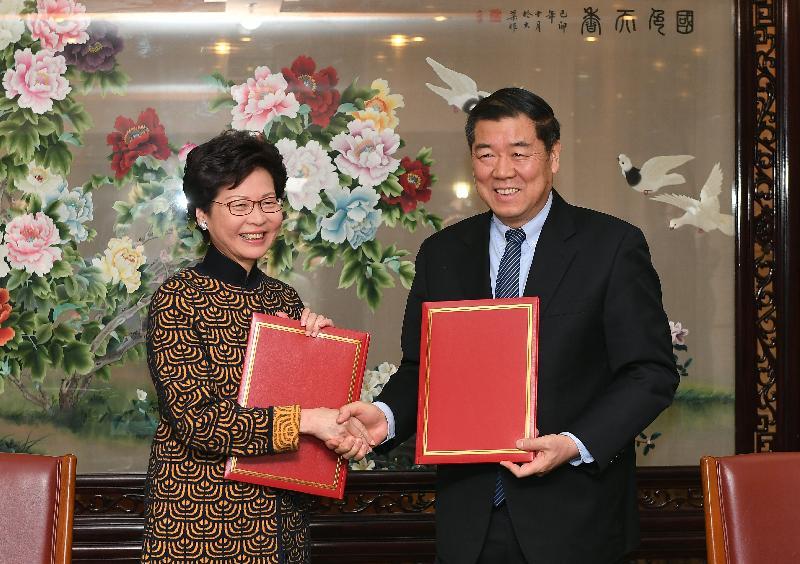 行政長官林鄭月娥今日(十二月十四日)上午在北京出席《國家發展和改革委員會與香港特別行政區政府關於支持香港全面參與和助力「一帶一路」建設的安排》簽署儀式。圖示林鄭月娥(左)與國家發展和改革委員會主任何立峰(右)簽署《安排》後合照。