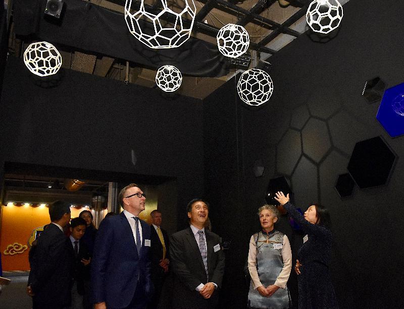 「科技前瞻--創新材料石墨烯」展覽開幕典禮今日(十二月十四日)在香港科學館舉行。圖示主禮嘉賓(右起)香港科學館總館長薛雯、曼徹斯特科學和工業博物館總監Sally MacDonald、康樂及文化事務署助理署長(文物及博物館)陳承緯和英國駐香港總領事館貿易及投資處長麥冠明參觀展覽。