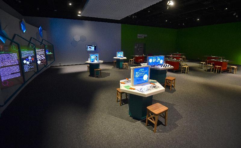「科技前瞻─創新材料石墨烯」展覽明日(十二月十五日)起在香港科學館舉行。圖示互動展區「石墨稀蜂巢」和「超乎想像的二維材料」。