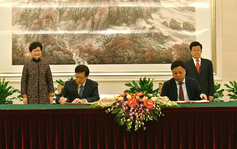 行政長官林鄭月娥今日(十二月十四日)下午在北京出席《內地與香港特別行政區關於就採取刑事強制措施或刑事檢控等情況相互通報機制的安排》(《安排》)簽署儀式。圖示林鄭月娥(後排左)與公安部部長趙克志(後排右)見證保安局局長李家超(前排左)與公安部港澳台事務辦公室主任孫力軍(前排右)簽署《安排》。