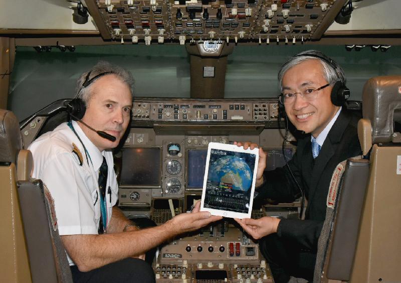 香港天文台今日(十二月十四日)宣布推出「我的航班天氣」電子飛行包天氣流動應用程式。圖示國泰航空航務總經理Mark Hoey (左)和天文台台長岑智明(右)在模擬駕駛艙內示範使用「我的航班天氣」應用程式。