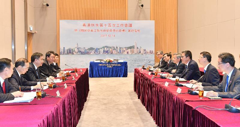 發展局局長黃偉綸(右三)今日(十二月十四日)與廣東省當局舉行工作會議,檢討東江水質的監測工作和粵方為提升水質而進行的各項措施的進展。
