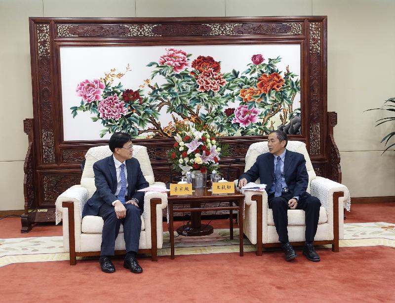 保安局局長李家超十二月十三至十五日訪問北京。李家超(左)今日(十二月十四日)拜訪國家原子能機構,並與國家核事故應急辦公室主任王毅韌(右)會面。