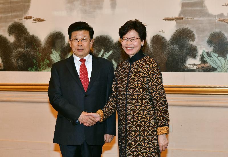 行政長官林鄭月娥(右)今日(十二月十四日)下午在北京與公安部部長趙克志(左)會面。圖示二人於會面前握手。