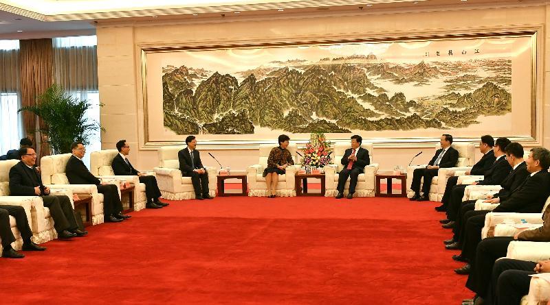 行政長官林鄭月娥(左五)今日(十二月十四日)下午在北京與公安部部長趙克志(右六)會面,保安局局長李家超(左四)、政制及內地事務局局長聶德權(左三)、行政長官辦公室主任陳國基(左一)和警務處處長盧偉聰(左二)亦有出席。