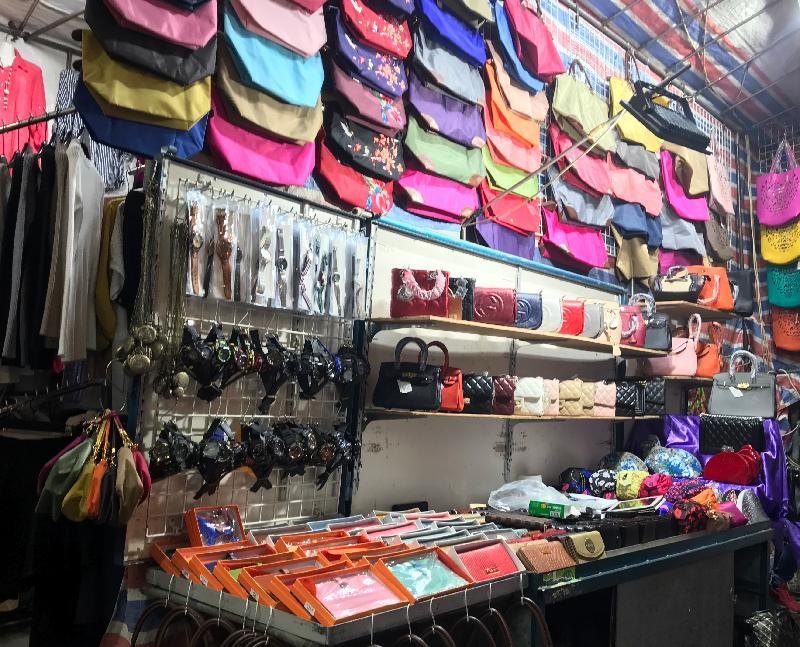香港海關昨日(十二月十三日)採取特別行動,瓦解一個位於旺角的懷疑冒牌貨集團,檢獲約三千件懷疑冒牌物品,估計市值約四百萬元。圖示其中一個售賣懷疑冒牌物品的小販攤檔。