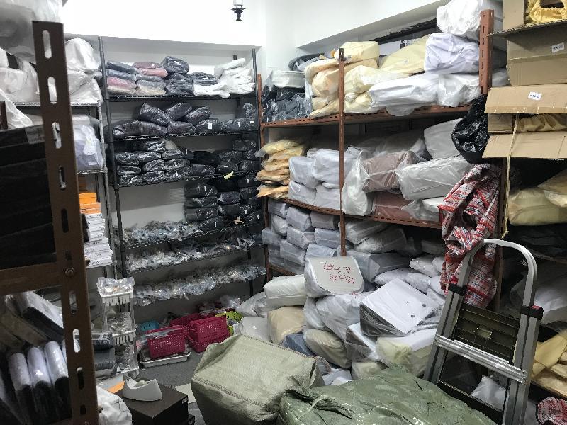 香港海關昨日(十二月十三日)採取特別行動,瓦解一個位於旺角的懷疑冒牌貨集團,檢獲約三千件懷疑冒牌物品,估計市值約四百萬元。圖示其中一個懷疑冒牌物品儲存倉庫。