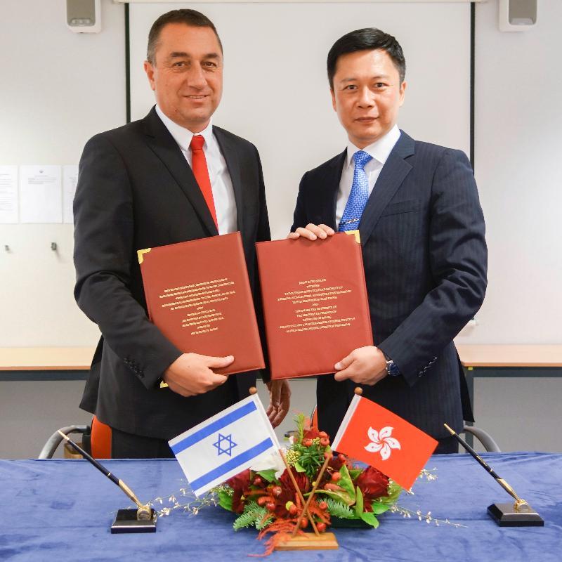 香港海關助理關長(稅務及策略支援)譚溢強(右)與以色列稅務局海關關長Avraham Ben Ardete(左)於十二月十四日(布魯塞爾時間)在比利時布魯塞爾簽訂「認可經濟營運商」互認安排行動計劃。