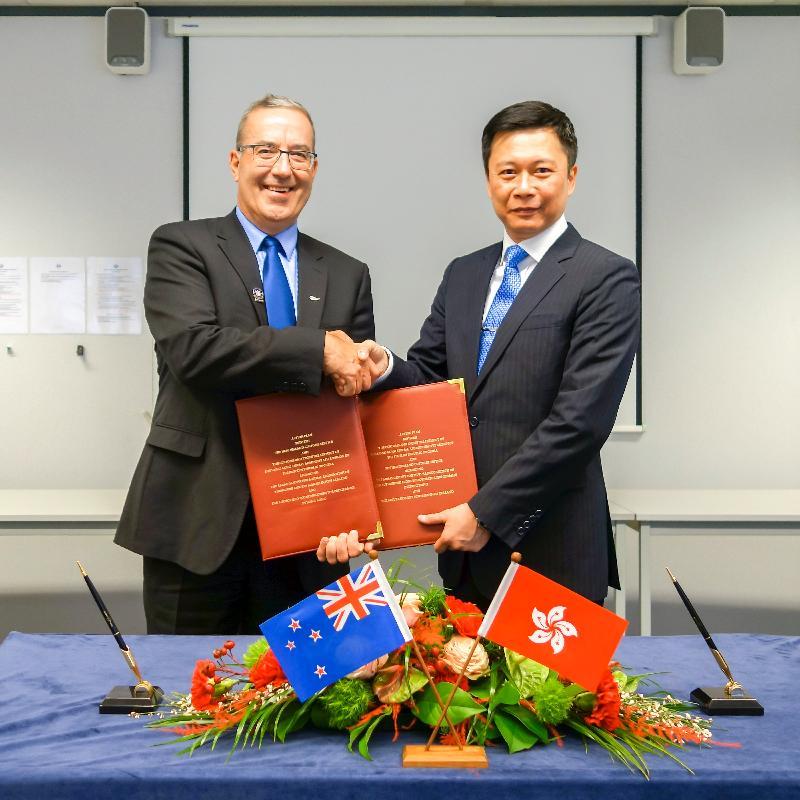 香港海關助理關長(稅務及策略支援)譚溢強(右)與新西蘭海關政策、法律及管治部經理Michael Papesch(左)於十二月十四日(布魯塞爾時間)在比利時布魯塞爾簽訂「認可經濟營運商」互認安排行動計劃。