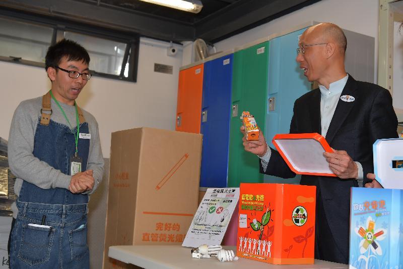 環境局局長黃錦星(右)今日(十二月十五日)在「綠在深水埗」開幕禮後,參觀該設施收集的回收物。