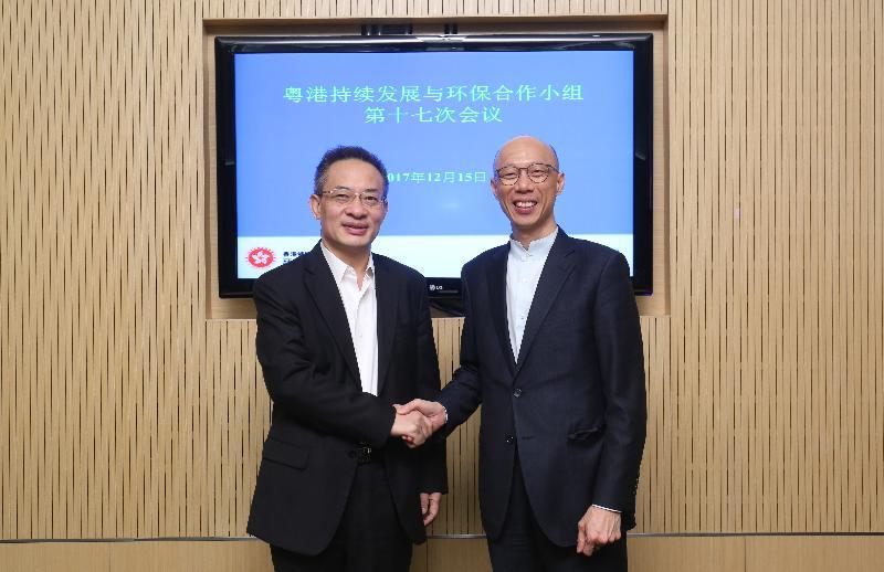 「粵港持續發展與環保合作小組」第十七次會議今日(十二月十五日)在香港舉行。環境局局長黃錦星(右)與廣東省環境保護廳廳長魯修祿(左)在會議前合照。