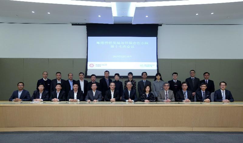 「粵港持續發展與環保合作小組」第十七次會議今日(十二月十五日)在香港舉行,港方代表和粵方代表團成員在會後合照。