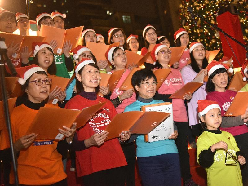 社會福利署署長葉文娟(前排左二)今日(十二月十五日)與社會福利署歌詠團一同參與聖誕頌歌節2017,宣揚關愛弱勢兒童及青少年的信息。