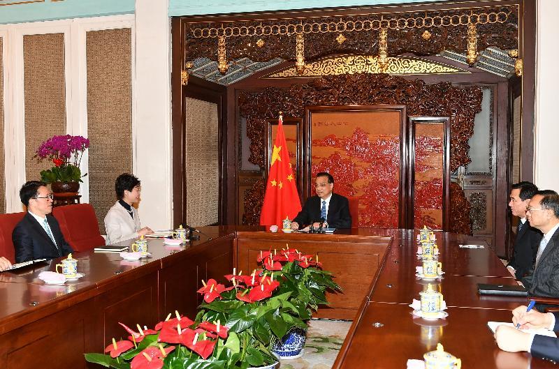 行政長官林鄭月娥(左二)今日(十二月十五日)上午在北京向國務院總理李克強(中)述職,匯報香港的最新情況。