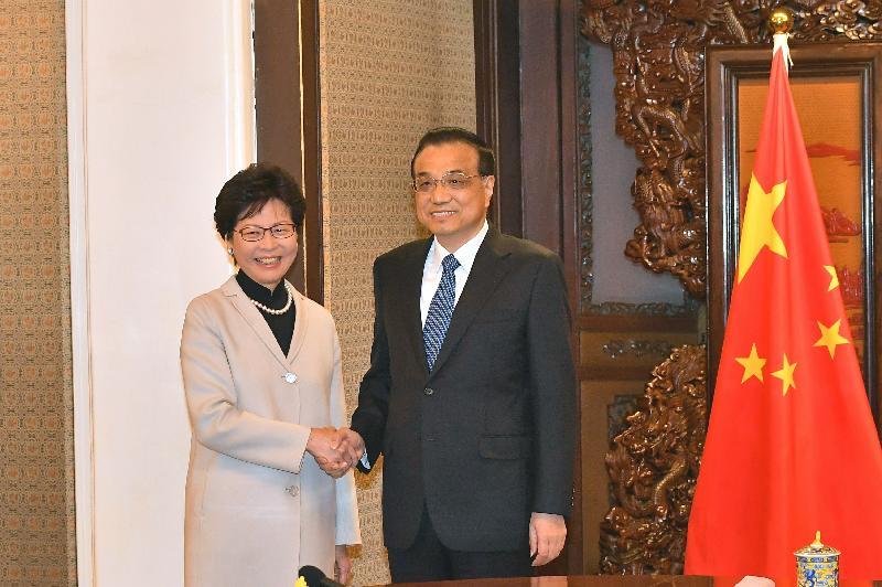 行政長官林鄭月娥(左)今日(十二月十五日)上午在北京向國務院總理李克強(右)述職,匯報香港的最新情況。圖示二人在會面前握手。