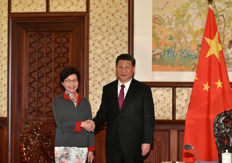 行政長官林鄭月娥(左)今日(十二月十五日)下午在北京向國家主席習近平(右)述職,匯報香港經濟、社會和政治方面的最新情況。圖示二人在會面前握手。