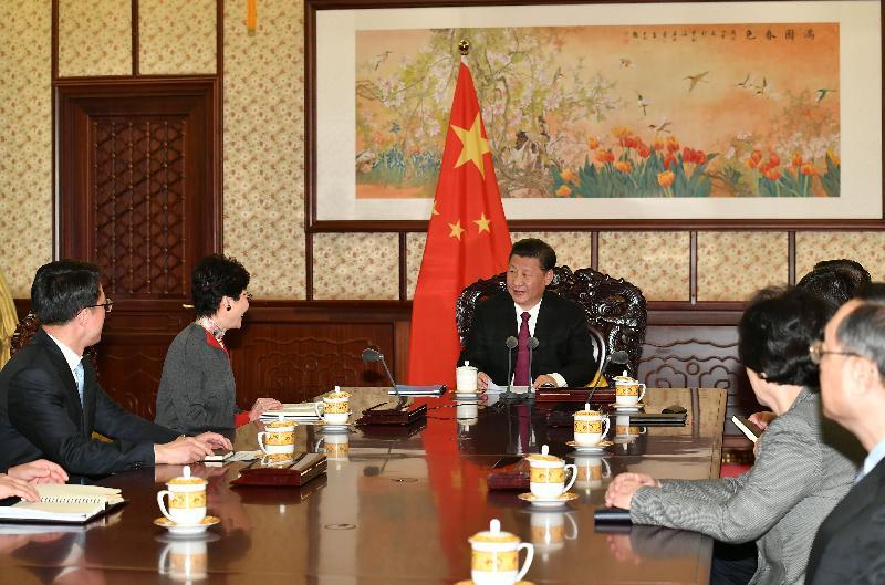 行政長官林鄭月娥(左二)今日(十二月十五日)下午在北京向國家主席習近平(左三)述職,匯報香港經濟、社會和政治方面的最新情況。
