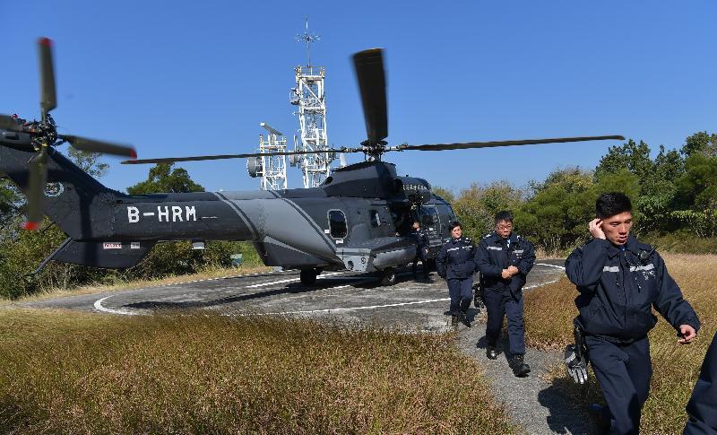 政府飛行服務隊今日(十二月二十日)在大型跨部門演習「棋盤二」中,利用直升機接載警察增援部隊到東平洲進行搜索。