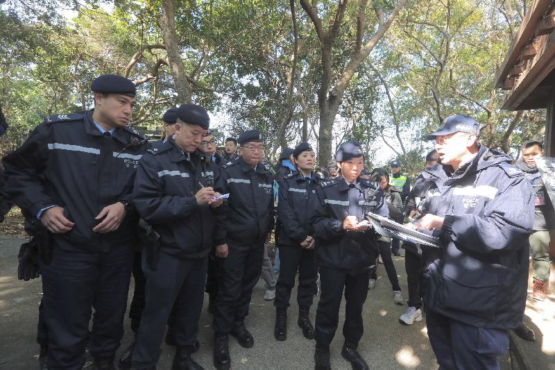 政府今日(十二月二十日)進行大型跨部門演習「棋盤二」。圖示警察機動部隊抵達東平洲的警察指揮中心。