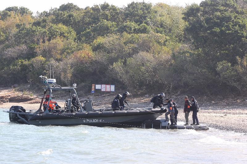 政府今日(十二月二十日)進行大型跨部門演習「棋盤二」。圖示被撤離的市民在東平洲登上水警巡邏艇。